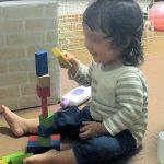 1歳半過ぎたら遊びが上達!シールやブロックで集中力もアップ!
