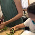 料理のお手伝いが楽しい!2歳児でもできる作業と注意点とは